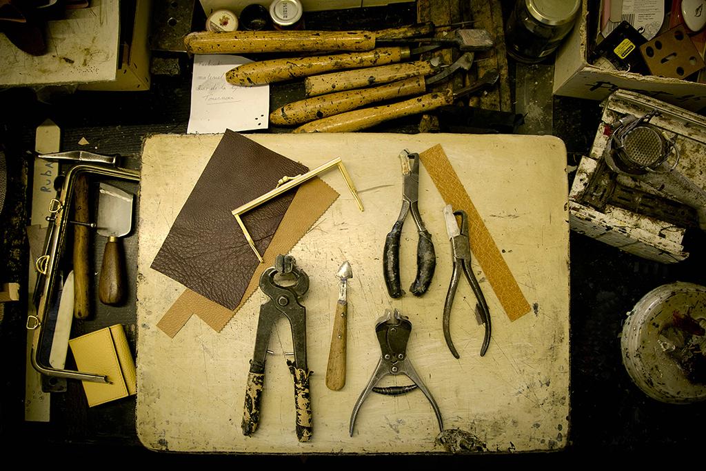 outils d'un artisan maroquinier