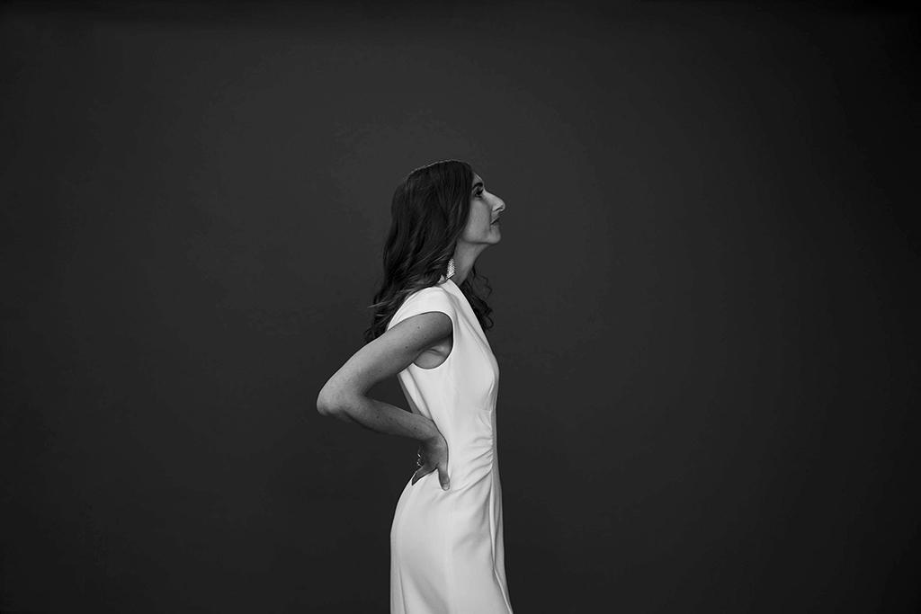 portrait fashion de femme en robe blanche sur fond noir