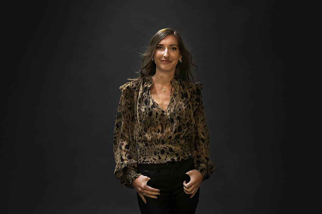 portrait fashion de femme sur fond noir