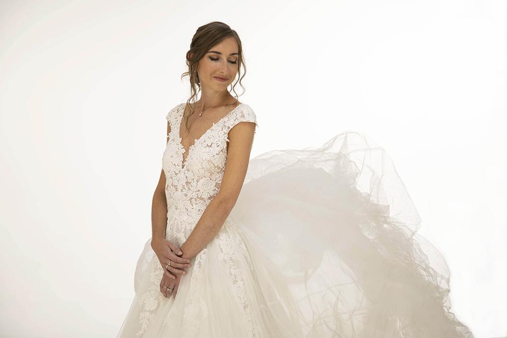 portrait de femme avec sa robe de mariée sur fond blanc