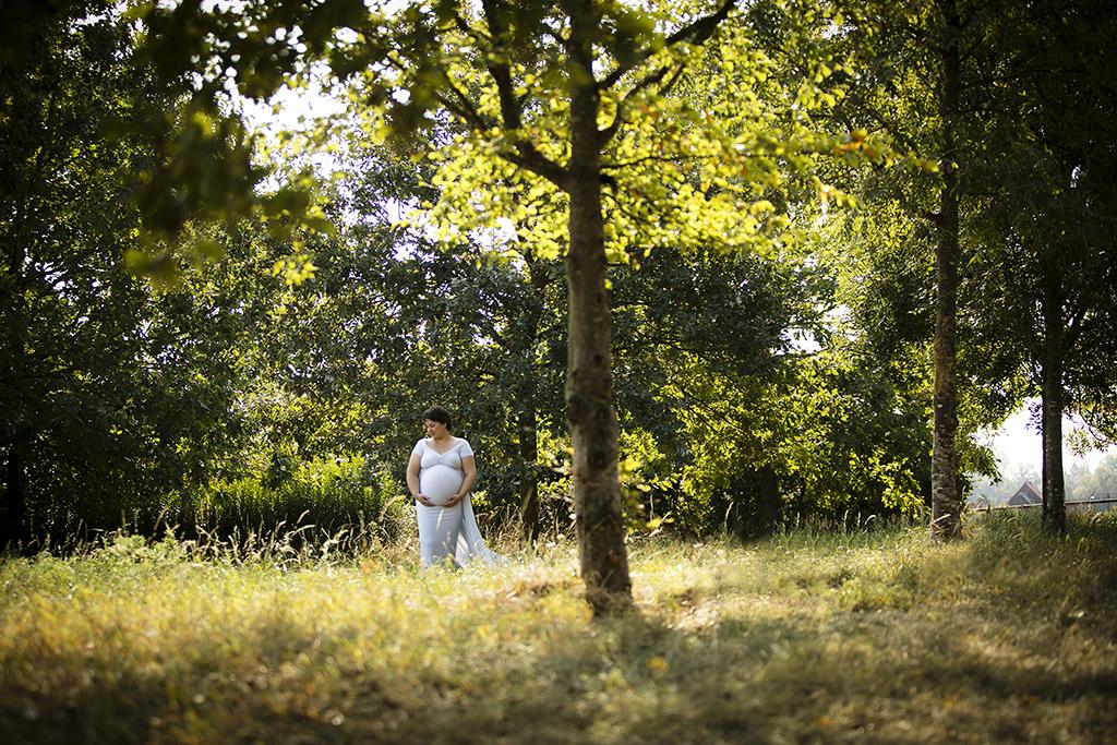 future maman portant une robe de maternité pour les séances photos
