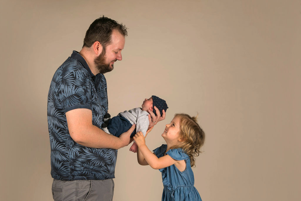 un papa avec ses enfants